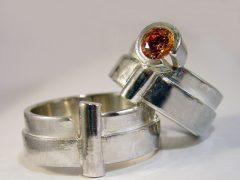 str6202-edelsmid-trouwringen-handgemaakt-edelsmeden-www.tonvandenhout.nl-zilver-sieraden-steen-bijzonder