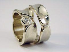 str6418-edelsmid-trouwringen-handgemaakt-edelsmeden-www.tonvandenhout.nl-witgoud-briljant-diamant-goud-sieraden-origineel-bijzonder-trouwen-ring-roermond