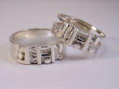 str6449-trouwring-naam-letters-zilver-edelsmid-www.tonvandenhout.nl-edelsmeden-sieraden-handgemaakt-origineel-gedenken