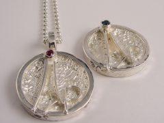 str6996-trouwringen-huwelijk-roermuntje-naam trouwmunt-robijn-gedenken-zilver-bijzonder-handgemaakt-edelsmid-goudsmid-sieraden-www.tonvandenhout.nl-saffier