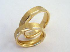 str8337-trouwringen-goud-sieraden-edelsmid-www.tonvandenhout.nl-juwelier-origineel-handgemaakt-bijzonder-roermond-edelsmeden-goudsmid-uniek-trouwen-ring