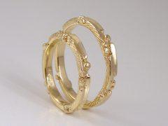 str9389-trouwringen-sieraden-goud-edelsmid-bijzonder-handgemaakt-juwelier-www.tonvandenhout.nl-goudsmid-ring-geelgoud