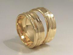 str9422-goud-trouwringen-geelgoud-bijzonder-handgemaakt-www.tonvandenhout.nl-edelsmid-vandenhout-goudsmid-juwelier-sieraden