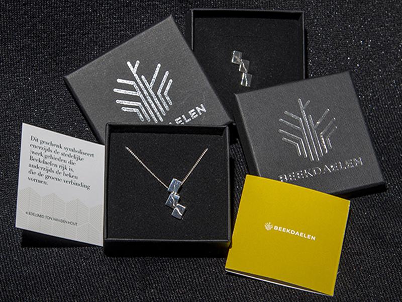sn1-beekdaelen-relatiegeschenk-wedstrijd-winnaar-logo-gemeente- zilver-hanger-speld-edelsmid-roermond-www.tonvandenhout.nl-beek-goudsmid-roermond-edelsmeden-sieraden-vandenhout