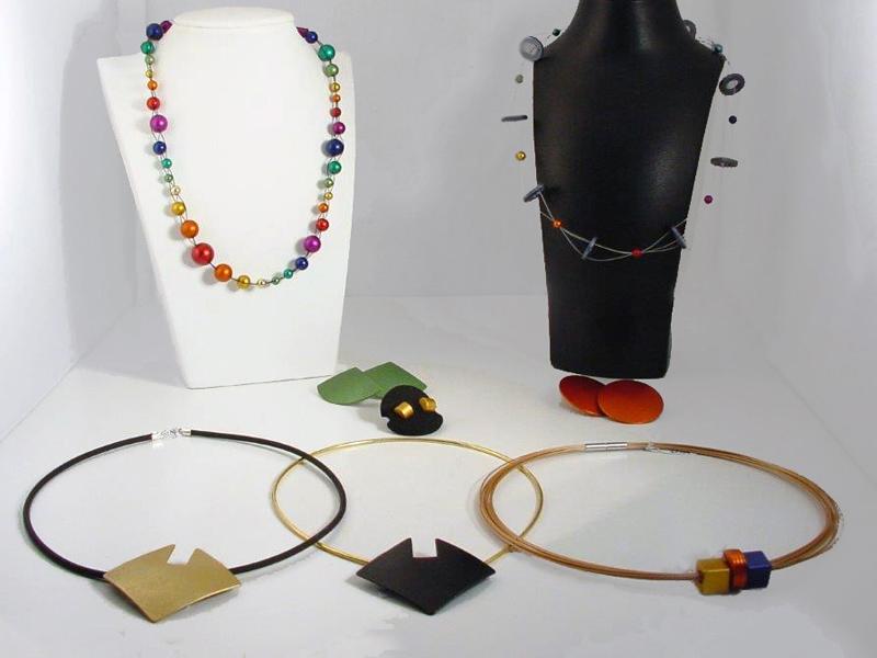 sn1610-otracosa-edelsmid-www.tonvandenhout.nl-sieraden-aluminium-geanodiseerd-kleur-kleurig-goudsmid-roermond-collier-sieraad-juwelier-edelsmeden-bijzonder-origineel