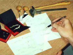 sre1-logo-sieraden-origineel-jubileum-relatiegeschenk-bedrijfslogo-logo's-edelsmid-www.tonvandenhout.nl-goudsmid-juwelier-schets-handgemaakt-ambacht-uniek-ontwerp-atelier-sieraad