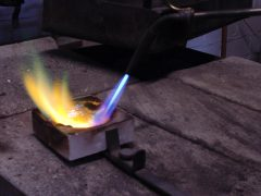 sre1511-vuur-smeden-smelten-goud-edelsmid-goudsmid-edelsmeden-www.tonvandenhout.nl-roermond-repareren-reparatie-juwelier-vandenhout-atelier-werkplaats-zilver-ambacht-tvdh
