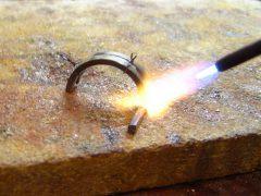sre2257-solderen-repareren-reparatie-edelsmid-handgemaakt-www.tonvandenhout.nl-goudsmid-uniek-roermond-juwelier-atelier-werkplaats-goud-ambacht-sieraden-sieraad-vuur-tvdh