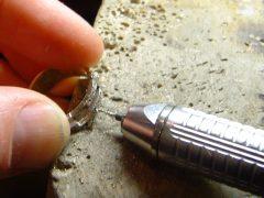 sre2270-repareren-reparatie-maken-ring-witgoud-edelsmid-www.tonvandenhout.nl-goudsmid-roermond-edelsmeden-handgemaakt-uniek-atelier-sieraden-boren-zetten-origineel-atelier-ambacht