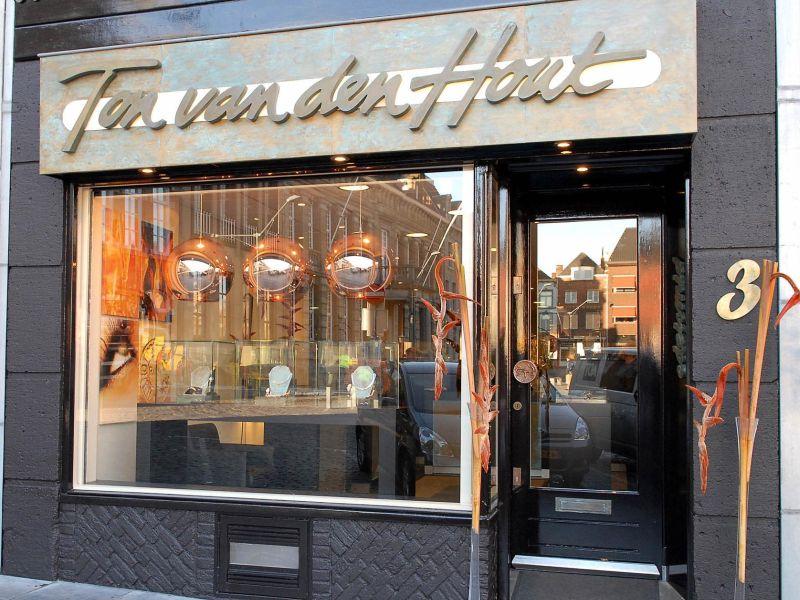 sre3-etalage-edelsmid-www.tonvandenhout.nl-goudsmid-atelier-roermond-markt-sieraden-handgemaakt-uniek-juwelier-logo-trouwringen-sieraad-goud-zilver-smid-atelier-werkplaats