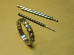 sre3863-www.tonvandenhout.nl-edelsmid-roermond-edelsmeden-goudsmid-briljant-steen-goudsmeden-diamant-alliance-ring-witgoud-goud-juwelier-atelier-repareren-reparatie-uniek