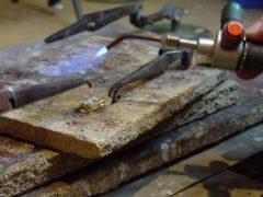 sre412-smeden-solderen-edelsmid-edelsmeden-goudsmid-juwelier-repareren-reparatie-www.tonvandenhout.nl-roermond-sieraden-sieraad-goud-zilver-atelier-werkplaats-handgemaakt