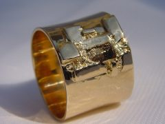 ssm12-ring-goud-breed-handgemaakt-uniek-edelsmid-edelsmeden-goudsmid-roermond-www.tonvandenhout.nl-sieraden-sieraad-atelier-origineel-bijzonder-vandenhout-smid-ton-tvdh