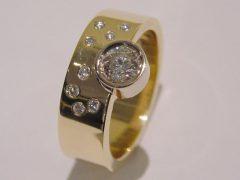 ssm1210-ring-goud-briljant-diamant-handgemaakt-edelsmid-www.tonvandenhout.nl-goudsmid-juwelier-roermond-uniek-sieraden-edelsmeden-origineel-bijzonder-herinnering-atelier-smid-tvdh