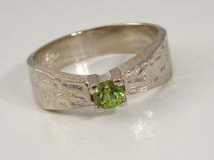 ssm3-ring-witgoud-solitair-groen-steen-peridoot-www.tonvandenhout.nl-edelsmid-handgemaakt-goudsmid-roermond-sieraden-atelier-uniek-bijzonder-origineel-edelsmeden-sieraad