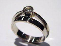 ssm5010-ring-witgoud-briljant-verlovingsring-edelsmid-www.tonvandenhout.nl-edelsmeden-goudsmid-roermond-sieraden-sieraad-atelier-handgemaakt-uniek-origineel-ontwerp-goud