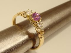 ssm9500-paars-kleur-korund-steen-ring-briljant-diamant-edelsmid-www.tonvandenhout.nl-edelsmeden-goudsmid-goudsmeden-roermond-goud-sieraden-handgemaakt-sieraad-uniek-tvdh