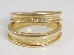 str9353-trouwringen-goud-geul-steen-briljant-handgemaakt-edelsmid-goudsmid-bijzonder-www.tonvandenhout.nl-juwelier-edelsmeden-roermond-origineel-atelier-sieraden-trouwring