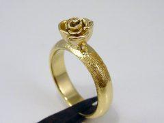 sg1902-roos-ring-gedenken-vingerafdruk-goud-herinnering-handgemaakt-bloem-edelsmid-sieraad-bijzonder-origineel-uniek-aandenken-goudsmid-juwelier-rose-www.tonvandenhout.nl-knop