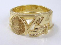 sg1918-aandenken-gedenken-herinnering-vingerafdruk-goud-letters-initialen-ring-edelsmid-goudsmid-trouwringen-sieraden-handgemaakt-uniek-bijzonder-ringen-rouw-www.tonvandenhout.nl