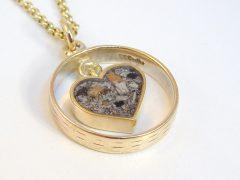 sg923-hanger-goud-as-hart-epoxy-gedenken-zichtbaar-trouwring-herinnering-ashanger-sieraad-sieraden-bedel-www.tonvandenhout.nl-edelsmid-juwelier-goudsmid-uniek-handgemaakt-ontwerp