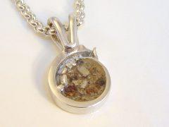sg930-zilver-hanger-as-epoxy-gedenken-herinnering-aandenken-handgemaakt-www.tonvandenhout.nl-uniek-origineel-bijzonder-edelsmid-juwelier-goudsmid-roermond-sieraad-zichtbaar-bedel