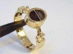 sg2661-ring-goud-as-urn-haren-haar-epoxy-hond-sieraad-herinnering-gedenken-www.tonvandenhout.nl-herinneren-uniek-origineel-bijzonder-edelsmid-juwelier-goudsmid-sieraden-see-you